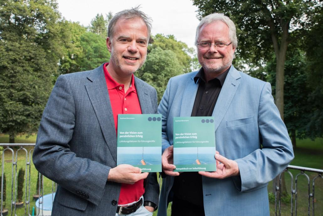 Autor und Organisationsberater Dr. Burkhard Bensmann und Siegfried Averhage, der Leiter der WIGOS freuen sich über das neue Buch. Foto: S. Hiekmann