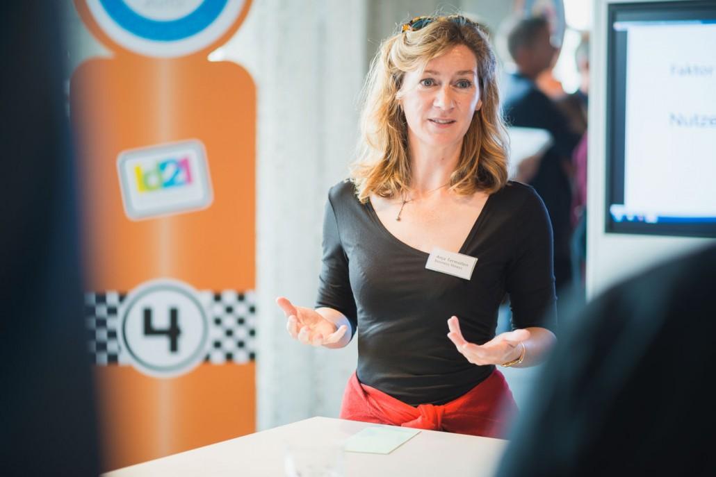 Thementanksäule zum Thema körperliche Fitness im Büroalltag mit Anja Termöllen vom Unternehmen business fitness.
